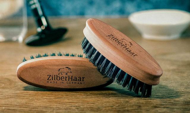 """deux pinceaux pour barbe zilberhaar au format de poche """"width ="""" 640 """"height ="""" 380 """"srcset ="""" https://coiffure-romanyck.fr/wp-content/uploads/2019/01/zilberhaar-beard-brush.jpg 640w, https: / /beardresource.com/wp-content/uploads/2018/09/zilberhaar-beard-brush-300x178.jpg 300w """"tailles ="""" (largeur maximale: 640 pixels) 100vw, 640 pixels"""