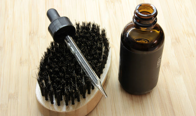 "huile de barbe et compte-gouttes ""width ="" 640 ""height ="" 380 ""srcset ="" https://coiffure-romanyck.fr/wp-content/uploads/2019/02/beard-oil-and-dropper-cap.jpg 640w, https://beardresource.com/wp-content/uploads/2018/11/beard-oil-and-dropper-cap-300x178.jpg 300w ""tailles ="" (largeur maximale: 640px) 100vw, 640px"