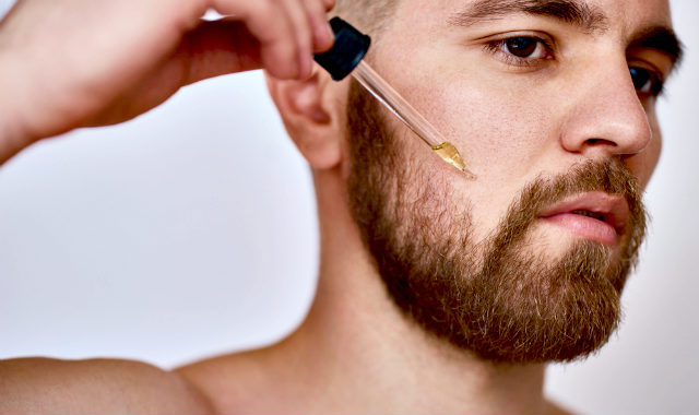 "homme mettant l'huile de barbe ""width ="" 640 ""height ="" 380 ""srcset ="" https://coiffure-romanyck.fr/wp-content/uploads/2019/02/man-putting-on-beard-growth-oil.jpg 640w, https://beardresource.com/wp-content/uploads/2016/06/man-putting-on-beard-growth-oil-300x178.jpg 300w ""tailles ="" (largeur maximale: 640 pixels), 100vw, 640 pixels"