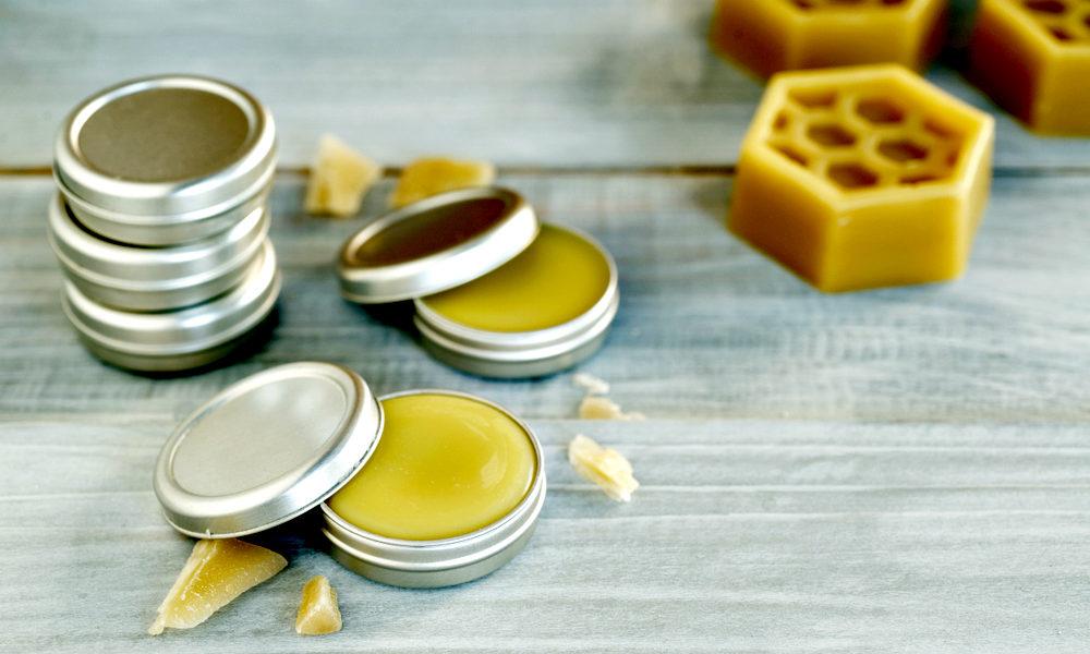 """Le beurre de barbe et les boîtes de cire d'abeille sur la table """"width ="""" 1000 """"height ="""" 600 """"srcset ="""" https://coiffure-romanyck.fr/wp-content/uploads/2019/03/beard-butter-and-beeswax.jpg 1000w, https://beardresource.com/wp-content/uploads/2018/11/beard-butter-and-beeswax-300x180.jpg 300w, https://beardresource.com/wp-content/uploads/2018/11/beard -butter-and-beeswax-768x461.jpg 768w, https://beardresource.com/wp-content/uploads/2018/11/beard-butter-and-beeswax-700x420.jpg 700w, https://beardresource.com /wp-content/uploads/2018/11/beard-butter-and-beeswax-640x384.jpg 640w, https://beardresource.com/wp-content/uploads/2018/11/beard-butter-and-beeswax- 681x409.jpg 681w """"tailles ="""" (largeur maximale: 1000 pixels) 100vw, 1000 pixels"""