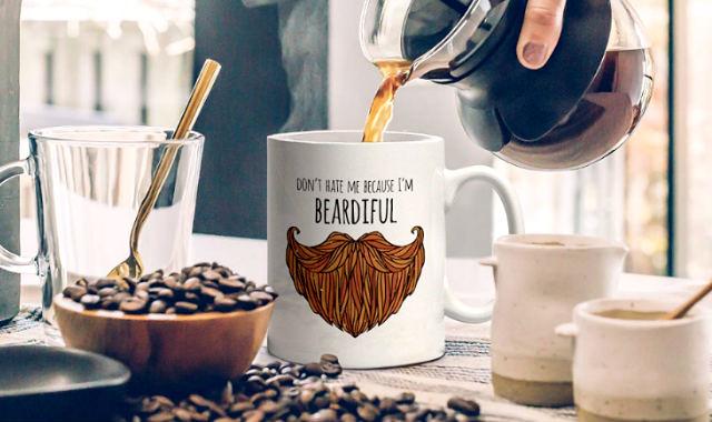 """Idée cadeau de tasse drôle de barbe """"width ="""" 640 """"height ="""" 380 """"srcset ="""" https://coiffure-romanyck.fr/wp-content/uploads/2019/03/funny-beard-mug.jpg 640w, https: // beardresource.com/wp-content/uploads/2018/12/funny-beard-mug-300x178.jpg 300w """"tailles ="""" (largeur maximale: 640 pixels) 100vw, 640 pixels"""