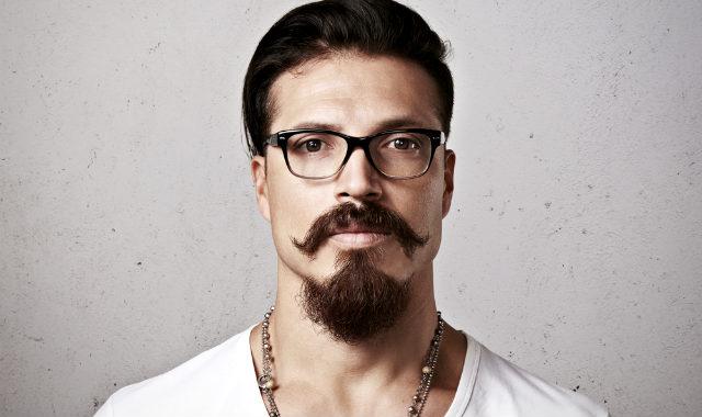 "homme avec des lunettes et style de barbe balbo bien visible ""width ="" 640 ""height ="" 380 ""srcset ="" https://beardresource.com/wp-content/uploads/2018/11/man-with-glasses-and-prominent- balbo-beard-style.jpg 640w, https://beardresource.com/wp-content/uploads/2018/11/man-with-glasses-and-prominent-balbo-beard-style-300x178.jpg 300w ""tailles = ""(largeur maximale: 640px) 100vw, 640px"