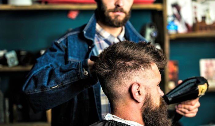 """brushing beard """"width ="""" 700 """"height ="""" 410 """"srcset ="""" https://coiffure-romanyck.fr/wp-content/uploads/2019/04/blow-drying-beard.jpg 700w, https: // beardresource. com / wp-content / uploads / 2019/03 / brushing-beard-300x176.jpg 300w, https://beardresource.com/wp-content/uploads/2019/03/blow-drying-beard-696x408.jpg 696w """"tailles ="""" (largeur maximale: 700px) 100vw, 700px"""