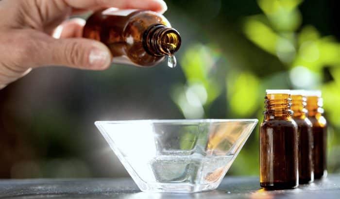 ajout d'huile essentielle à la base d'huile de support