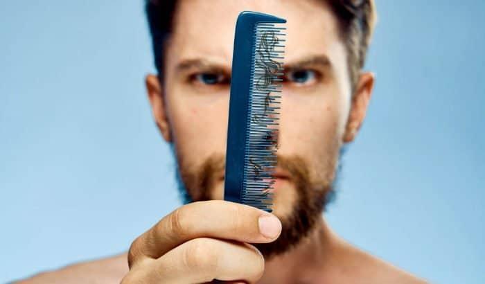 "homme regardant des poils de barbe endommagés ""width ="" 700 ""height ="" 410 ""srcset ="" https://beardresource.com/wp-content/uploads/2019/05/man-looking-at-damaged-beard-hairs. jpg 700w, https://beardresource.com/wp-content/uploads/2019/05/man-looking-at-damaged-at-damaged-beard-hairs-300x176.jpg 300w, https://beardresource.com/wp-content/ uploads / 2019/05 / homme-regardant-endommagé-barbe-poils-696x408.jpg 696w ""tailles ="" (largeur maximale: 700px) 100vw, 700px"