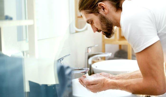 laver la barbe au-dessus de l'évier