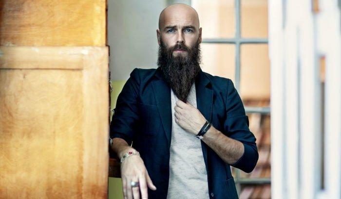 homme chauve avec une longue barbe à la longueur du terminal