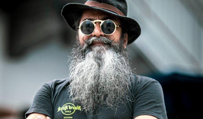 homme avec une très longue barbe