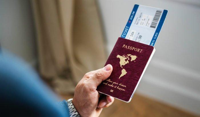 passeport dans une main