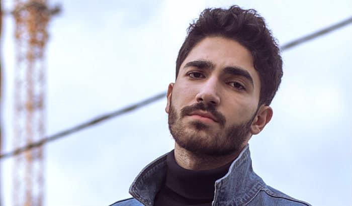 homme avec une barbe de 10 jours