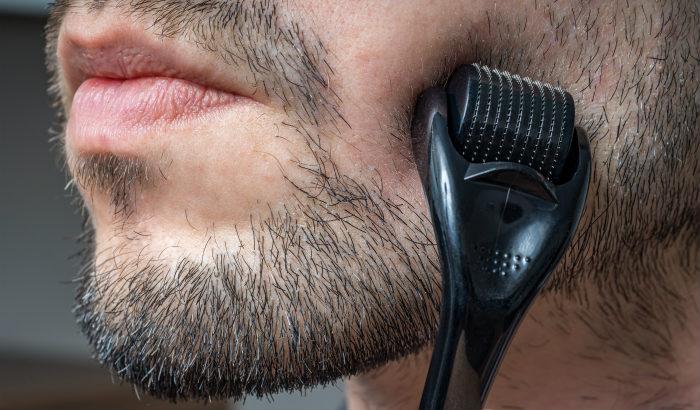 homme utilisant un rouleau à barbe