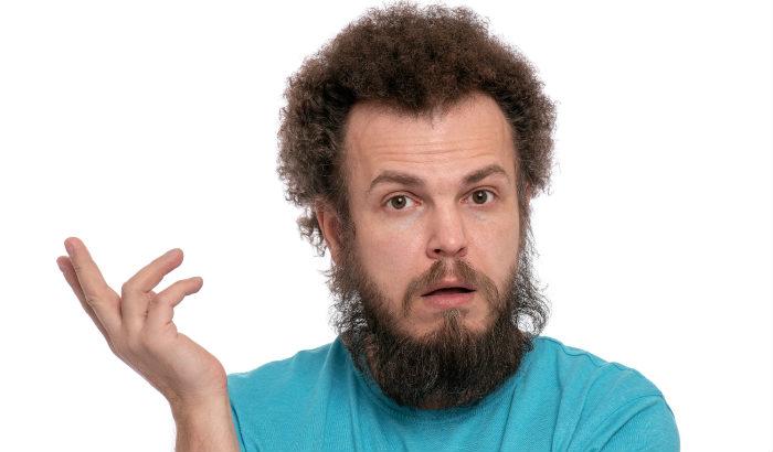homme à la barbe plumeuse très fine