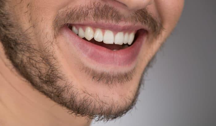 les poils du visage traversent la phase délicate