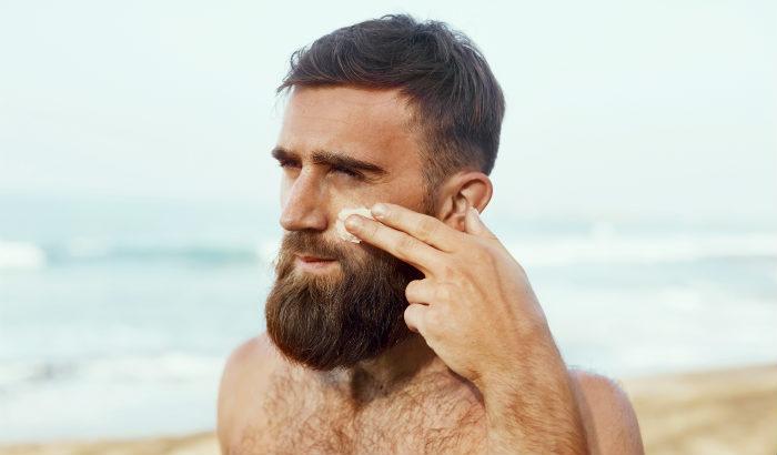 Homme appliquant une lotion d'aloe vera au visage