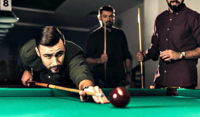 hommes jouant au billard
